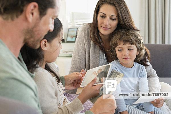 Eltern  die ihren Kindern Fotos zeigen