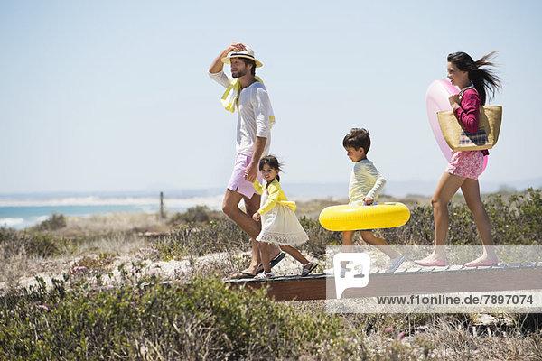 Familienspaziergang auf einer Strandpromenade