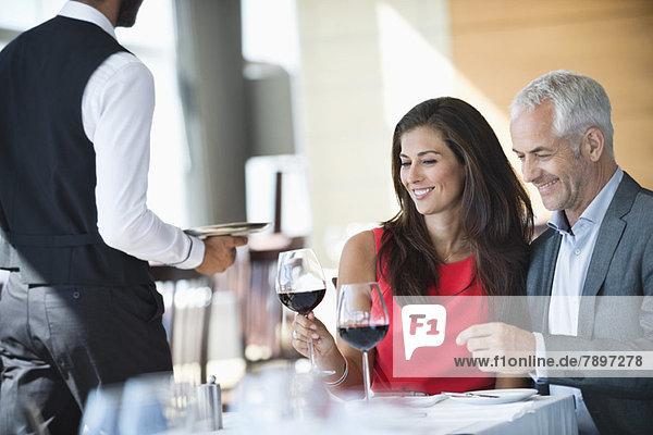 Paar genießt Rotwein in einem Restaurant