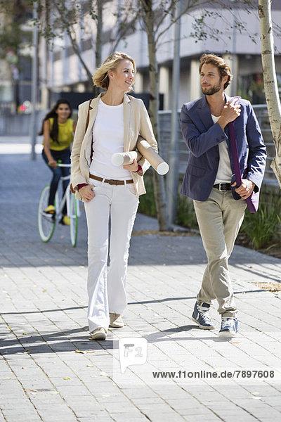 Paar  das auf der Straße geht