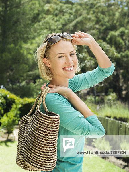Lächelnde Frau mit Tasche