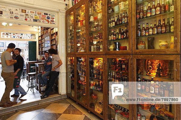 Verschiedene Bierflaschen in Vitrinen  Bar Varuna Gezgin