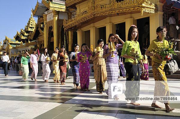 Frauen bei einer buddhistischen Zeremonie in der Shwedagon-Pagode