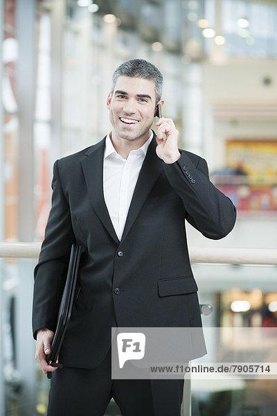 Kaufmann sprechen auf Handy