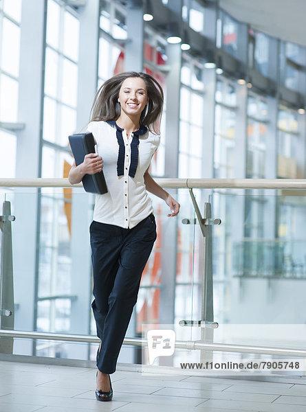 Geschäftsfrau  lächeln  rennen