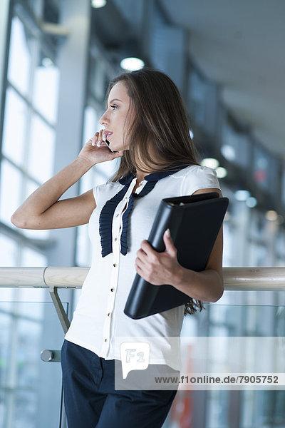 Handy  Geschäftsfrau  Mappe  halten  Kurznachricht