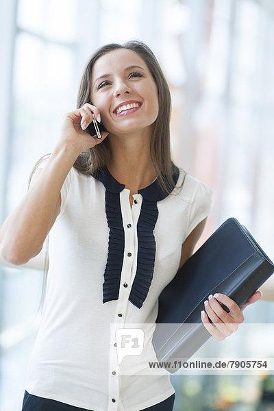 Handy  Geschäftsfrau  Mappe  lächeln  halten  Kurznachricht