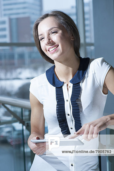 Geschäftsfrau  lächeln  halten  Gerät