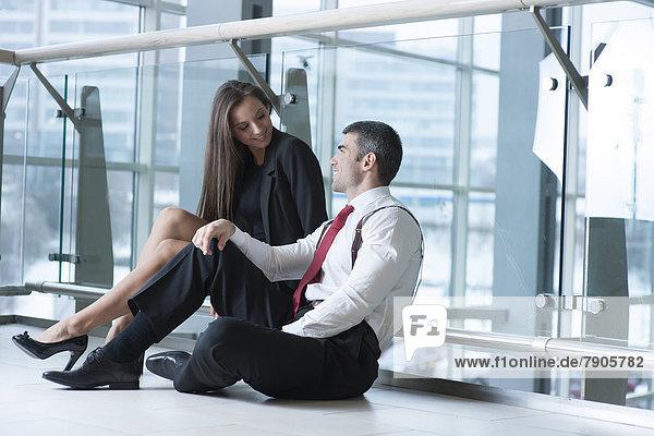 sitzend  Geschäftsfrau  sprechen  Geschäftsmann  Boden  Fußboden  Fußböden