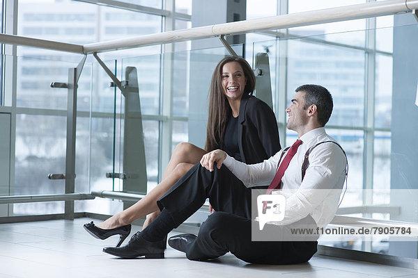 sitzend  Zusammenhalt  Spaß  Kollege