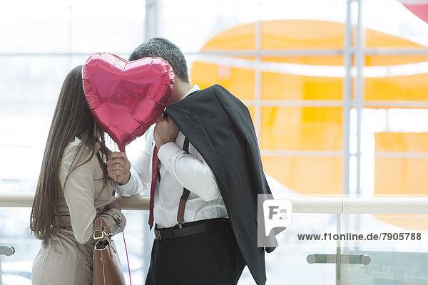 hinter  Frau  Mann  küssen  Luftballon  Ballon  Form  Formen  herzförmig  Herz