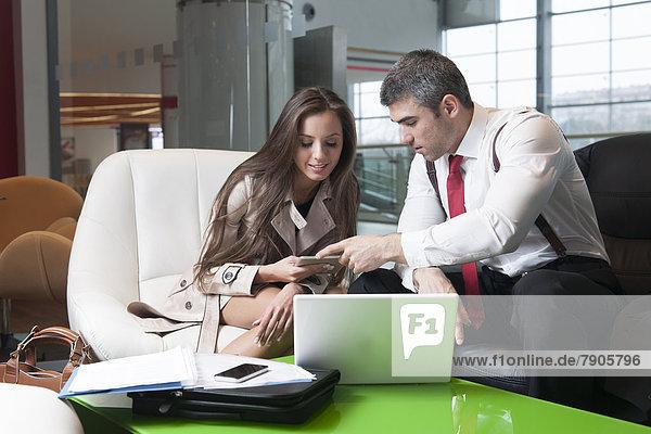 Geschäftsfrau  Notebook  Geschäftsmann  Besuch  Treffen  trifft