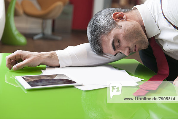 Geschäftsmann  schlafen  Dokument