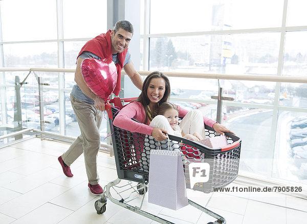 schieben  Menschlicher Vater  kaufen  jung  Einkaufswagen  Tochter  Mutter - Mensch
