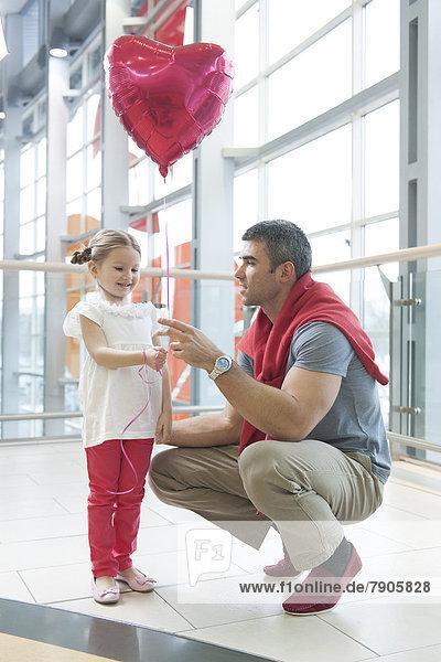 geben Menschlicher Vater Luftballon Ballon jung Form Formen herzförmig Herz Tochter