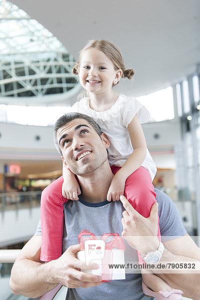 sitzend Menschlicher Vater Menschliche Schulter Schultern jung Tochter