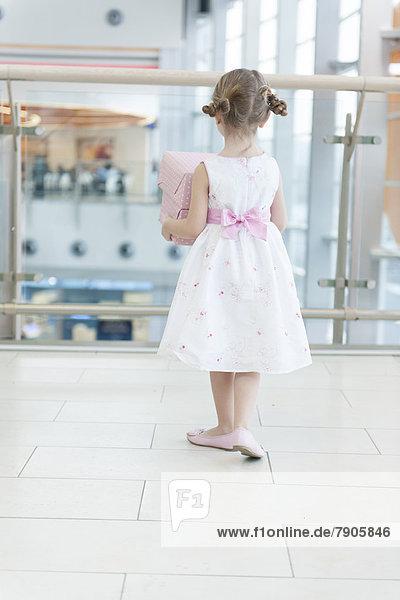 Geschenk gehen halten Verpackung jung Reise Mädchen umwickelt