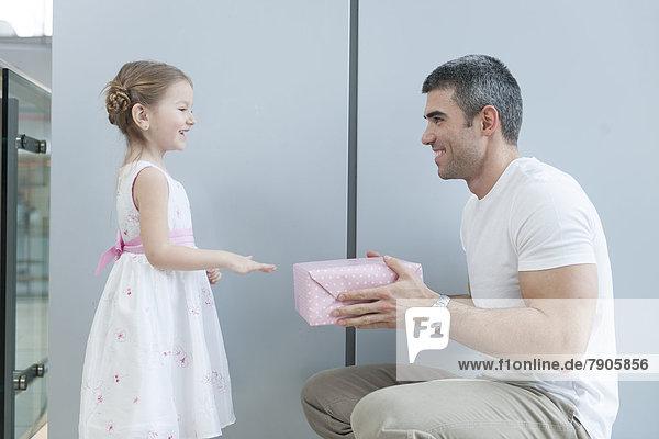 Geschenk geben Menschlicher Vater jung Mädchen