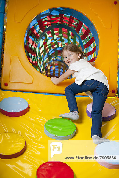 Rampe  hoch  oben  Tunnel  Spiel  jung  Mädchen  klettern  Weichheit