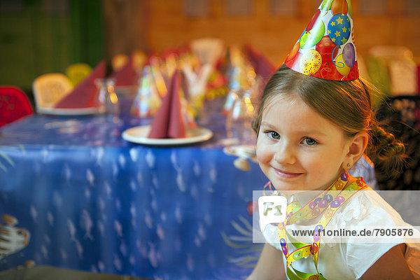 sitzend  Geburtstag  jung  Mädchen  Tisch