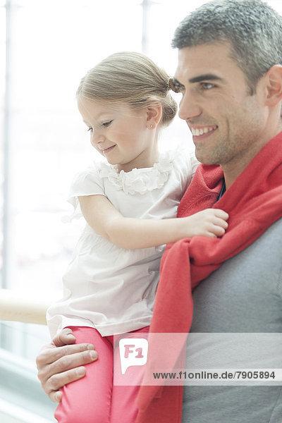 hoch  oben  Menschlicher Vater  halten  Oberkörperaufnahme  jung  Tochter