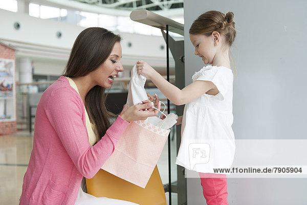 Geschenk Papier geben Tasche kaufen Tochter Mutter - Mensch