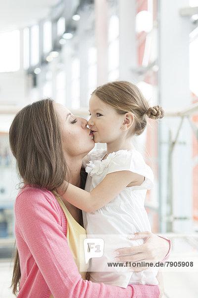 umarmen  küssen  Tochter  Mutter - Mensch
