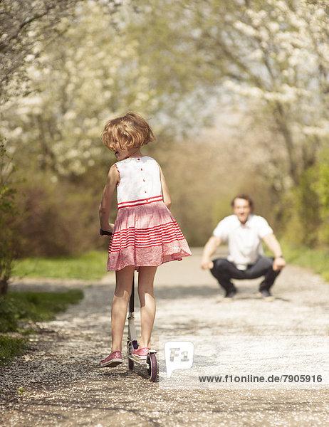 Menschlicher Vater jung Reise Mädchen