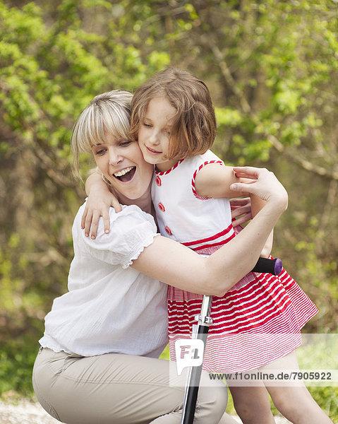 umarmen  Kickboard  Tochter  Mutter - Mensch