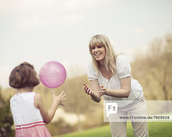 werfen  Tochter  Ball Spielzeug  Mutter - Mensch
