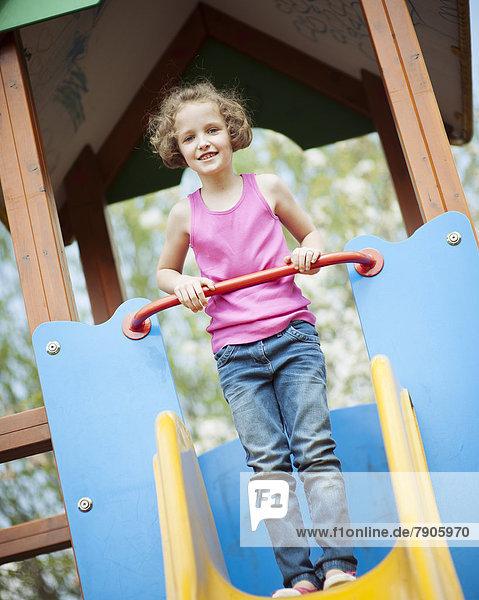 stehend  hoch  oben  Spielplatz  jung  Mädchen  Rutsche  rutschen