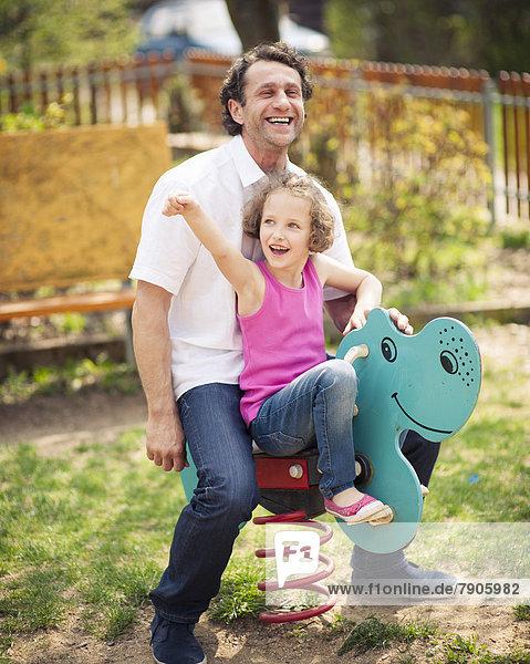 Menschlicher Vater  fahren  Spielplatz  Tochter