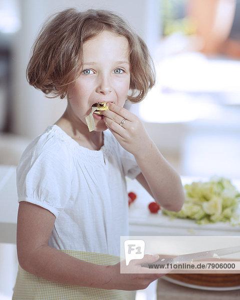 Messer  Küche  Salat  halten  jung  essen  essend  isst  Mädchen  multitasking