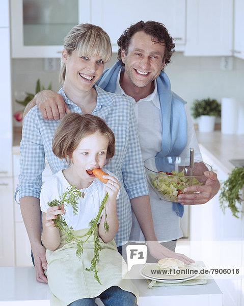 Menschliche Eltern  Möhre  jung  essen  essend  isst  Mädchen