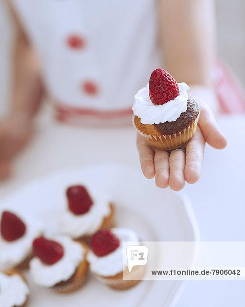 Tasse  halten  Kuchen  jung  Mädchen