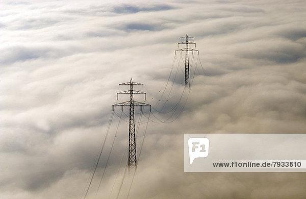 Luftbild  Strommasten im Nebel