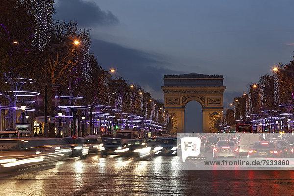 Avenue des Champs-Élysées mit Arc de Triomphe  Weihnachtsbeleuchtung  Abendstimmung