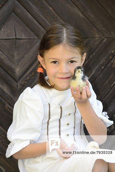 Mädchen mit Hühnerküken
