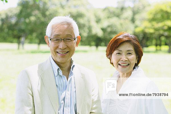 Senior  Senioren  lächeln  Blick in die Kamera