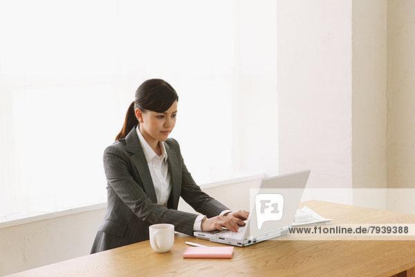 Computer  Geschäftsfrau  arbeiten