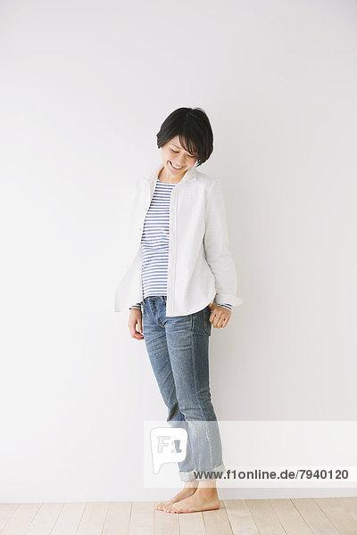 Frau  weiß  Hemd  Jeans  jung