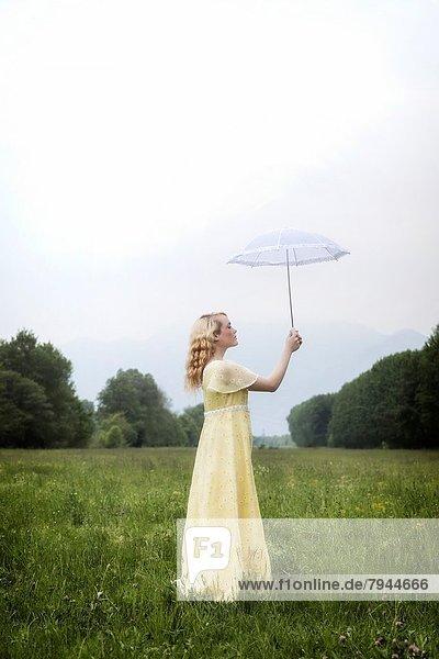 stehend  gelb  Sonnenschirm  Schirm  Wiese  Mädchen  Kleid