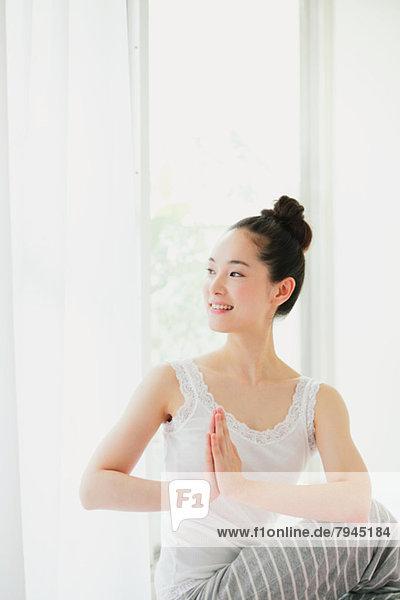 Frau üben jung Yoga