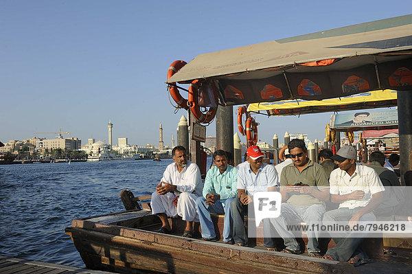 Passagiere auf einem Abra  Fährboot