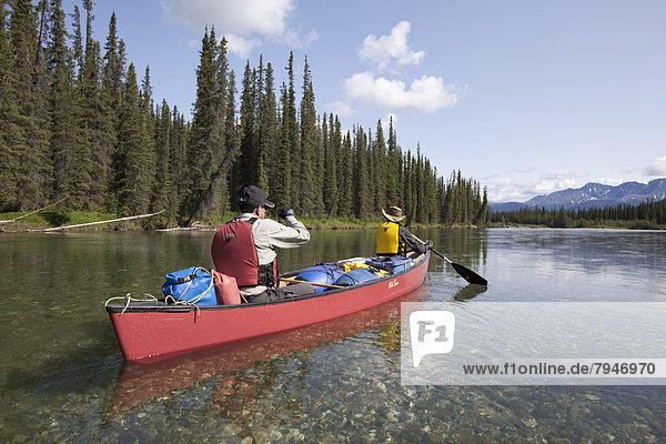 Paar  Mann und Frau beim Paddeln im Kanu auf dem Upper Liard River  Yukon Territory