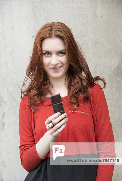 Junge Frau isst Schokolade Junge Frau isst Schokolade