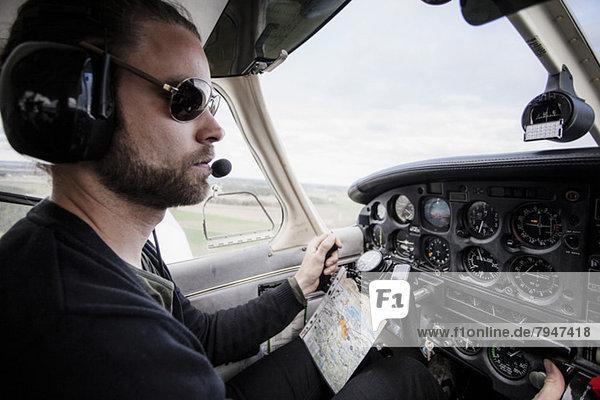 Seitenansicht des Privatflugzeuges eines erwachsenen Mittelpiloten