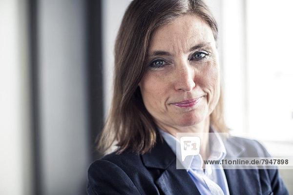 Porträt einer reifen Geschäftsfrau lächelnd im Büro