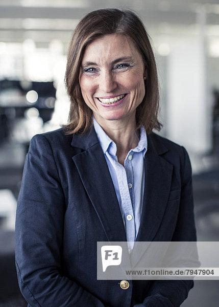 Porträt einer glücklichen reifen Geschäftsfrau im Amt