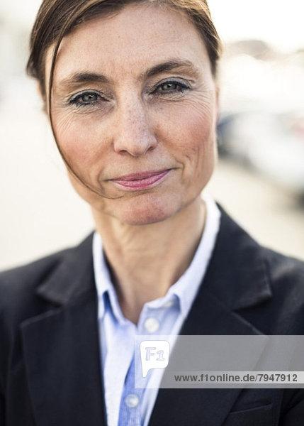 Nahaufnahme des Porträts einer selbstbewussten Geschäftsfrau mit einem Lächeln